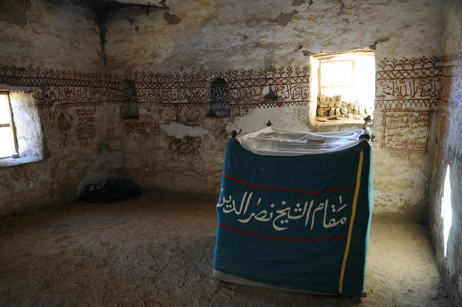 Al-Qasr - Mosque; Inside