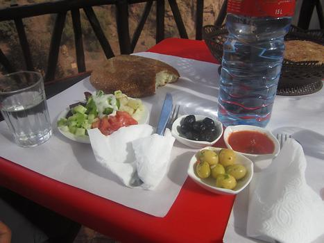 Olives, salad and fresh bread in front of the waterfalls, Photo: © K. Wasmeyer 2016