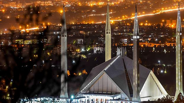 Shah Faisal Masjid at night, Photo: ZeeK2332, from Wikicommons
