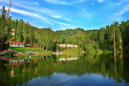 Banjosa lake near Rawalakot, Photo: Khurram Naseer. From Wikicommons
