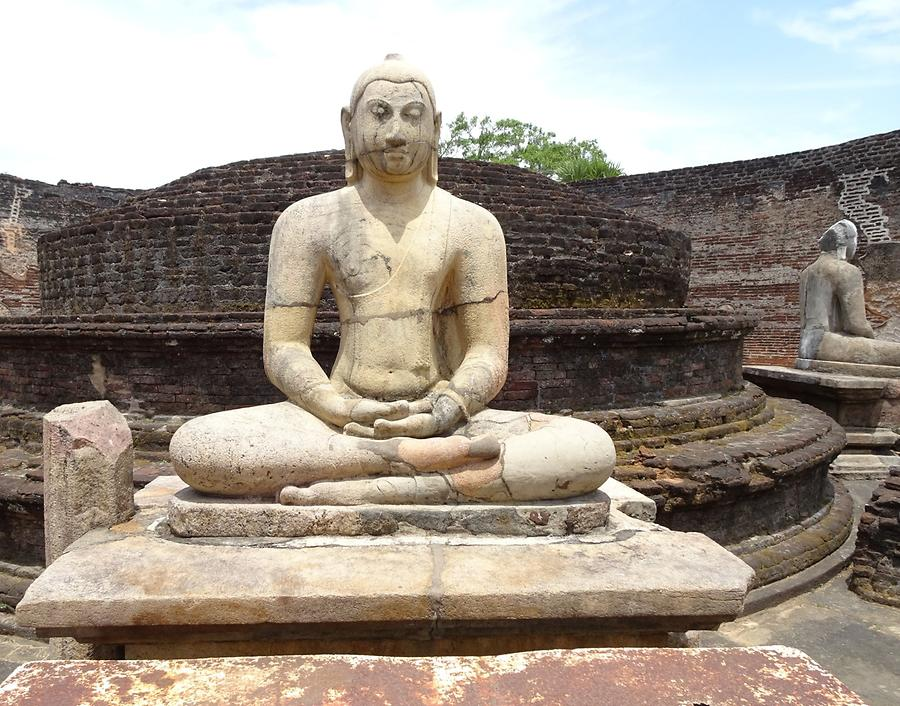 Polonnaruwa - Ancient Royal City; Vatadage