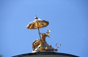 The roof crown consists of a fat mandarin. The only Chinese element is the honour umbrella