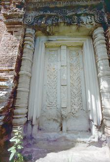 One of three fake doors at the temple; they are made of natural stone. The rest of the building is made of baked bricks, which form a pre-vaulted roof in the roof area.